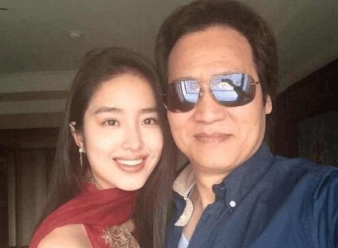 冯小刚称她是最纯洁的人,25岁恋上大30岁富豪,因《芳华》大火