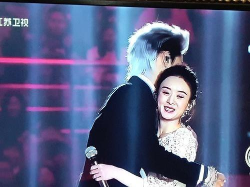 跨年晚会上赵丽颖不小心唱跑了,吴亦凡立刻来个温暖大拥抱