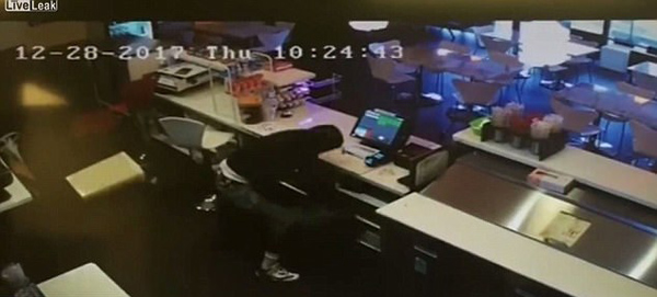 美咖啡店老板孤注一掷勇斗劫匪 夺过手枪连开6枪