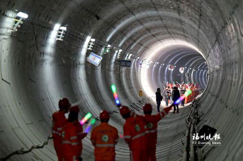 地铁2号线18个车站主体封顶 计划明年1月底前全线试运行