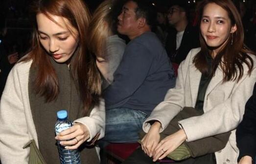 余文乐助阵杨千嬅演唱会俩人还拥抱 王棠云现场甜笑用手袋遮肚
