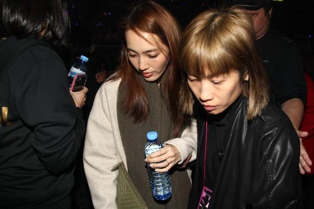 余文乐当杨千嬅演唱会嘉宾 王棠云甜笑用手袋遮肚