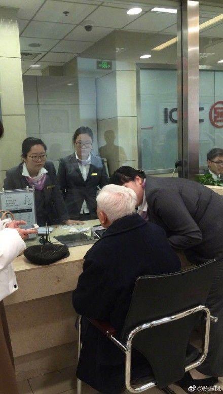 人大教授方汉奇捐款百万要转账,银行喝退陪同者:您被骗了!