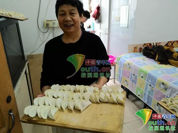 又是别人家的宿管 高校迎新年宿管请学生吃饺子