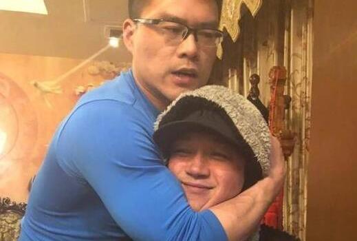 潘粤明与丁宁聚餐,被其教练锁喉、挤到脸变形【图】