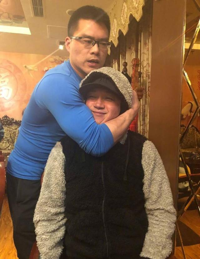 潘粤明与丁宁聚餐,被其教练锁喉、挤到脸变形