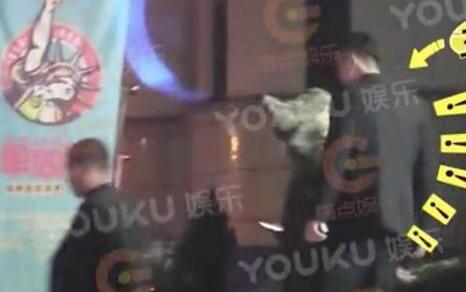 王思聪30岁生日,24小时换两个女友?其助理竟然在街上随地小便!