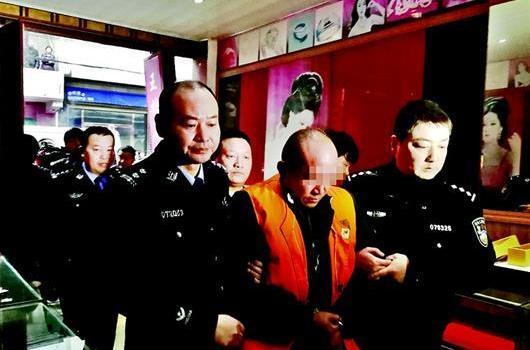 湖北黄冈一男子抢劫金店杀害店老板 被抓时正点痣易容