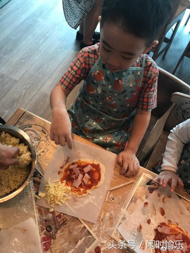 应采儿晒jasper做饭照片,光着膀子下厨的小小春好可爱图片