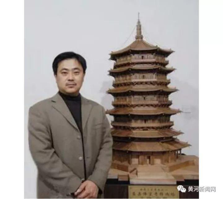 刘晓辰和木雕模型《应县木塔》