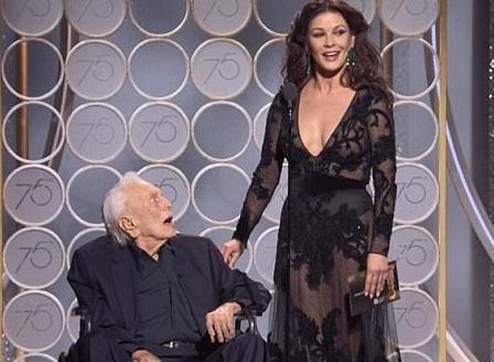 催泪!金球奖101岁男演员坐轮椅颁奖 众巨星起立鼓掌