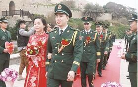 5对边防新人在漳州东山风动石景区举行特别婚礼