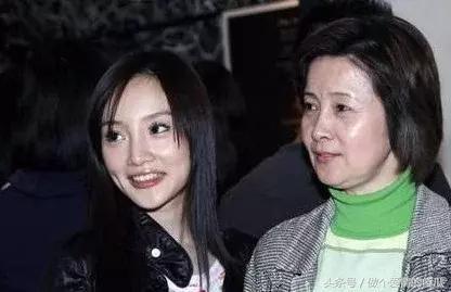 李小璐妈妈被捉奸在床 李小璐出轨视频照片曝光尺度不亚于张伟欣