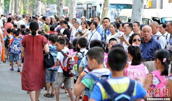 超九成受访家长常因接送孩子上下学而苦恼