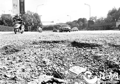 福州洪甘路多坑洼 碎石易伤行人