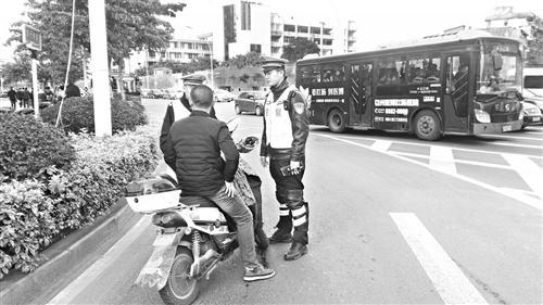 福州:电动车闯机动车道 违规频繁