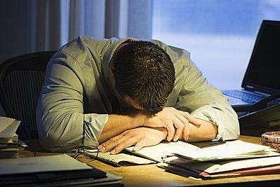 近四成大学生经常熬夜 玩手机系主因