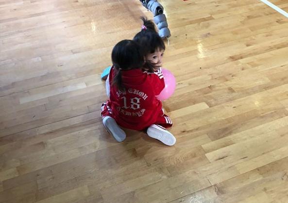 昆凌办运动会为周杰伦提前庆生 小周周可爱抢镜