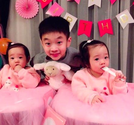 杨威双胞胎女儿一岁啦,像爸又像妈,可爱程度不输爆红的jasper