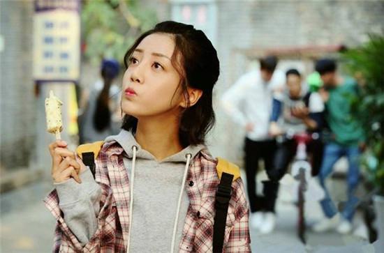 电视剧《我站在桥上看风景》中李溪芮饰演的萧水光原本是活泼开朗的