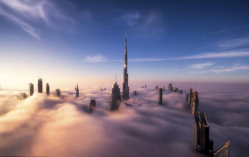 迪拜摩天大楼浓雾中直穿云霄 仿若身处仙境