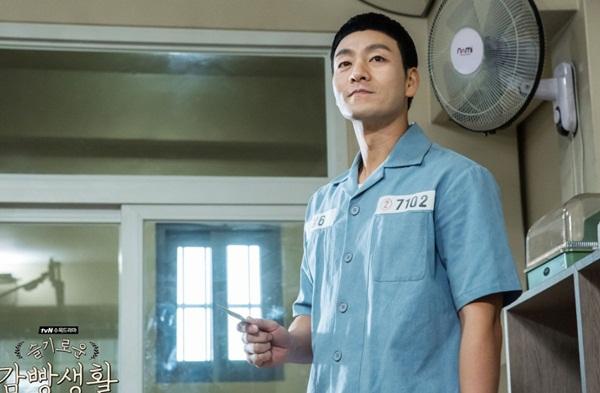 机智的监狱生活剧情介绍16集大结局 小迷糊出狱后再吸毒后果如何