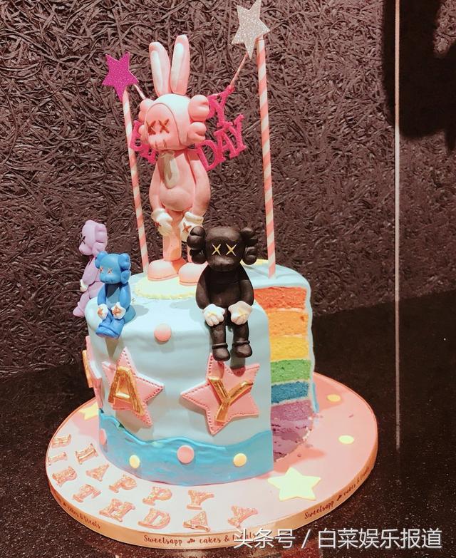"""1月18日是周杰伦39岁的生日,他除了在当天发布新歌《等你下课》,晚间也透过社交媒体发文,晒出一张与昆凌的夫妻合照,开心写道,""""你做的蛋糕有点厉害,确定要吃吗"""",似乎舍不得将老婆特制的蛋糕吃下肚。 画面中,只见周杰伦手上捧着爱妻特制地翻糖蛋糕,蛋糕以粉色混搭水蓝色系为主,上头一共摆了4只动物造型的摆设,包括兔子、小熊,似乎是代表着周董一家4口幸福家庭,蛋糕上还印有他的名字""""Jay""""及生日祝福,内馅也宛如彩虹般有多种颜色,被赞相当精致可爱。 周杰伦除了手上捧"""