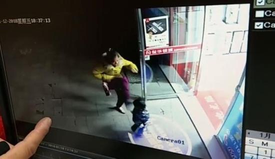 4岁女童无故遭踢打头部 警方:踢人者疑患精神病
