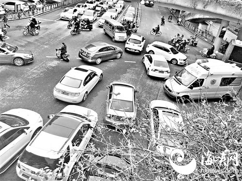 福州:多辆小车不让道 急救车被堵路口