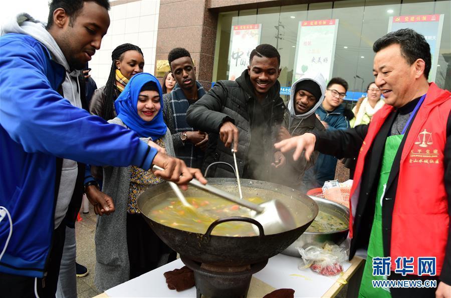 洋学生走进中国社区与居民一起体验腊八民俗