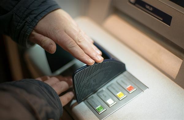 当心了:黑客发起攻击 众多ATM机自动吐钞