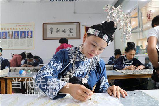 """贵州蜡染:从山野到国际 画在布上的""""自然""""惊艳众人"""