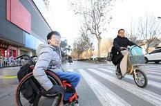 """轮椅青年为爱""""奔走"""""""