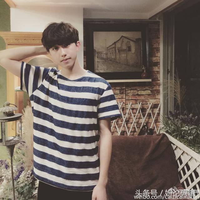 蔡徐坤童年照曝光 小时候很可爱,少了浓妆看起来青涩许多