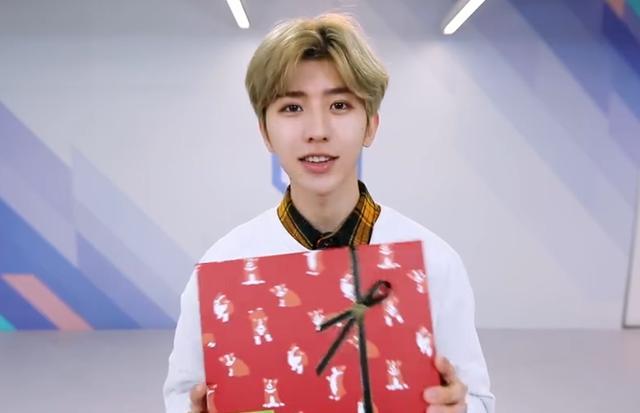 看了《偶像练习生》蔡徐坤收到粉丝送的礼物,大半夜笑出声