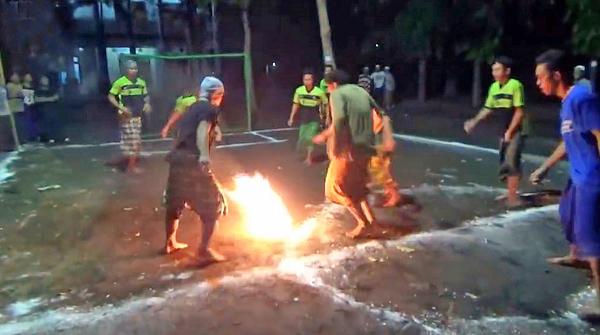 霸气!印尼11个学生赤脚踢火焰足球 惊险刺激