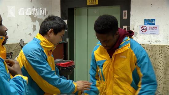 在沪留学生春节当起快递员 坦言找路是难题