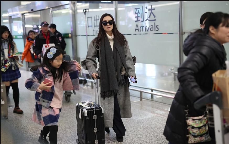 陶虹带女儿现身机场超有气质 徐小宝呆萌挡脸超可爱很像徐峥