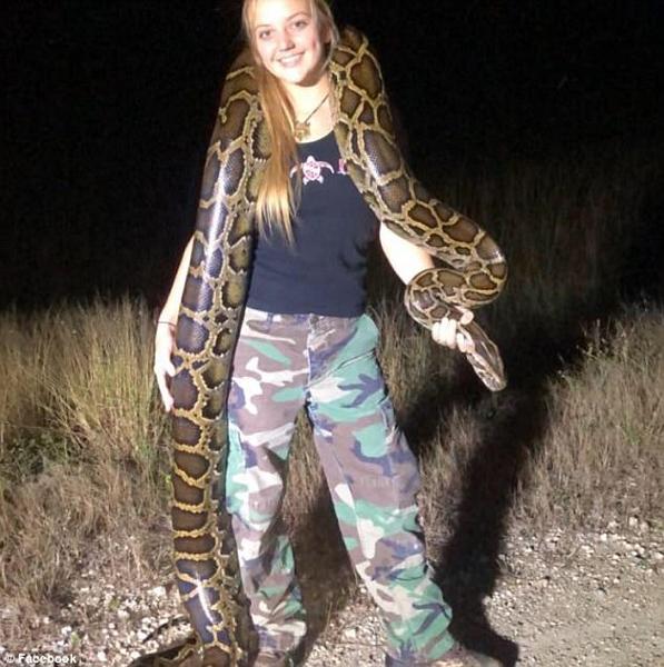 霸道!美国女子面不改色徒手抓起巨型缅甸蟒蛇