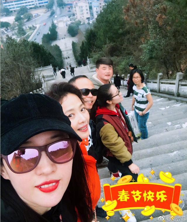 刘亦菲除夕还在横店拍戏,太敬业了!网友:口红颜色已说明了一切