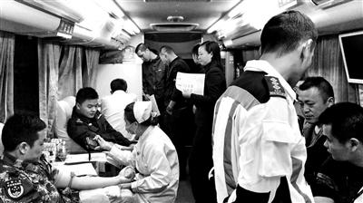 江西赣州一客车侧翻致11人遇难 民众排队献血救伤者