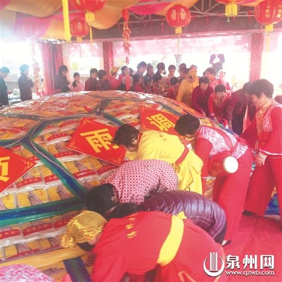 """泉州霞洲妈祖宫""""乞龟""""活动举行:""""米龟""""点睛 祈福人气旺"""