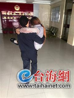 残疾女子坐着轮椅来报警 厦门女警抱她上3楼做笔录