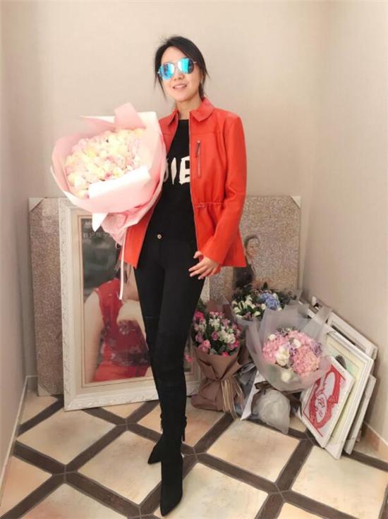 闫妮47岁生日微博晒照 红色夹克和长靴尽显气质