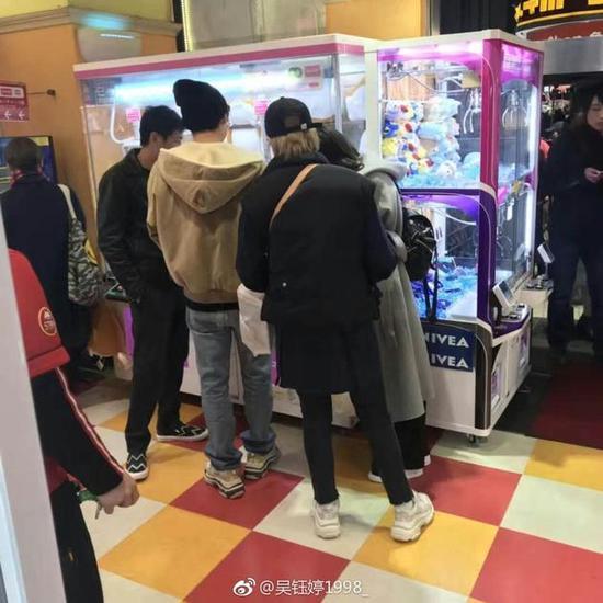 网友日本偶遇李易峰 逛动物园抓娃娃童心未泯