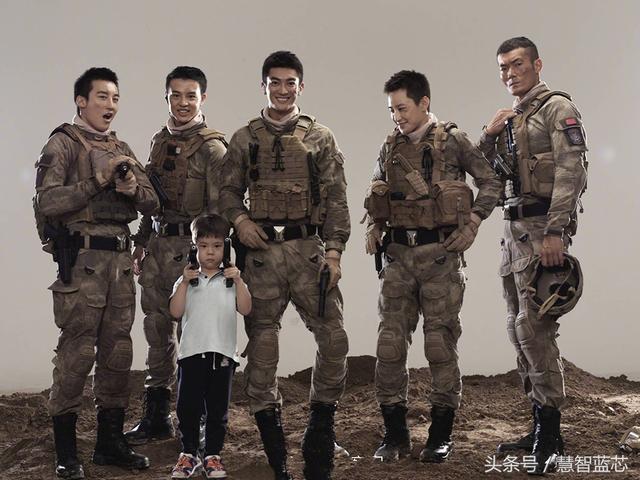 《红海行动》副队长杜江晒嗯哼与蛟龙小队合影,嗯哼秒变熊孩子!