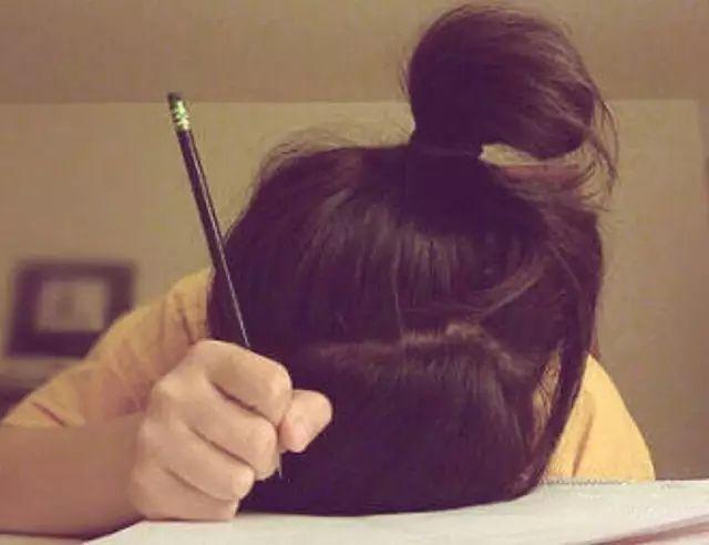 印度父母最爱陪孩子做作业 真是为小孩操碎了心