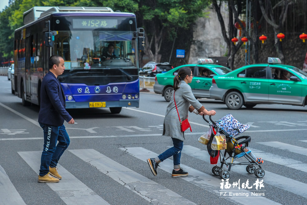 """福州""""车让人""""渐成习惯 20秒过斑马线司机3次让行"""