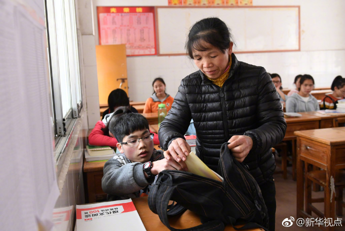 50岁母亲背子求学:上学是唯一出路