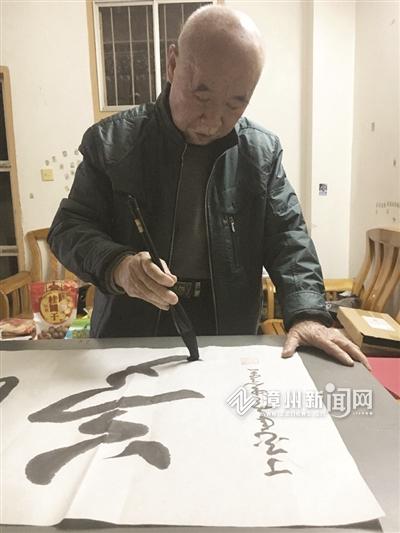 漳州80岁退休老人自学草书 作品入选中国国礼